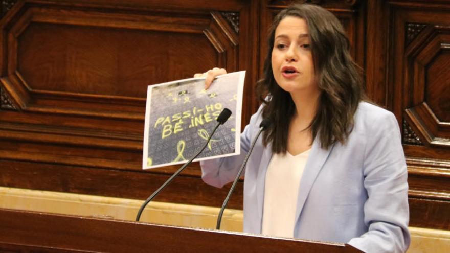 Arrimadas diu adéu al Parlament exhibint una pintada al carrer de casa seva