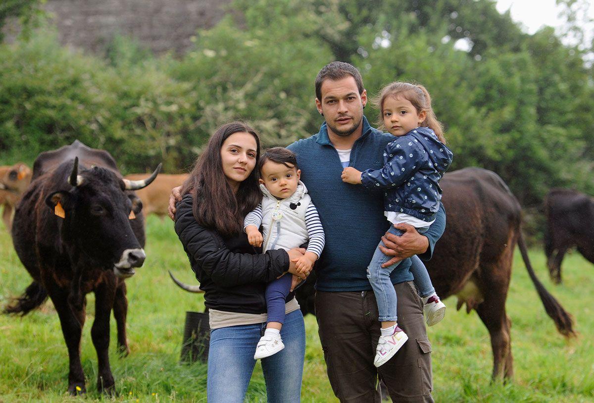 Ángel Pequeño, Diana Fortes y sus hijas con sus vacas en Limeres