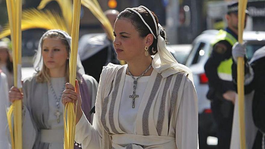 Sandra Gómez vestida de imagen en Semana Santa. | LEVANTE-EMV