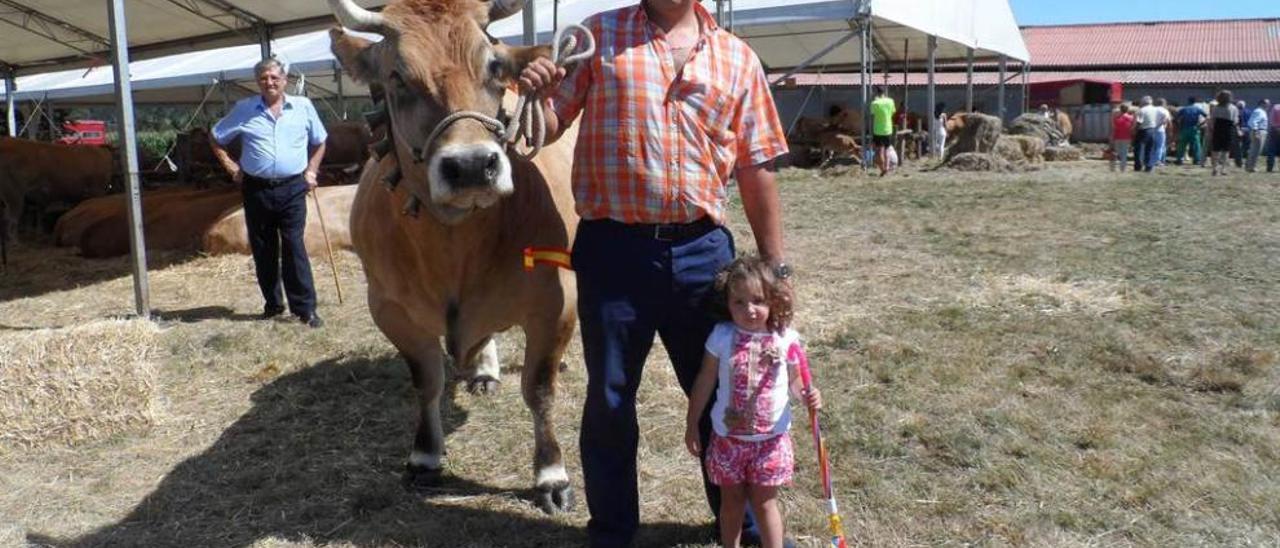 """Ángel Ramón Areces y su hija Blanca, con su vaca """"Española""""."""