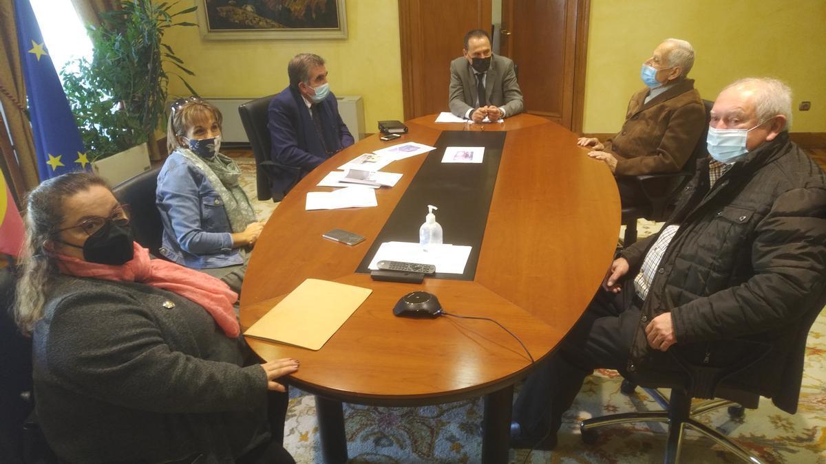 Reunión del Subdelegado con el alcalde de Palacios de Sanabria y hosteleros.