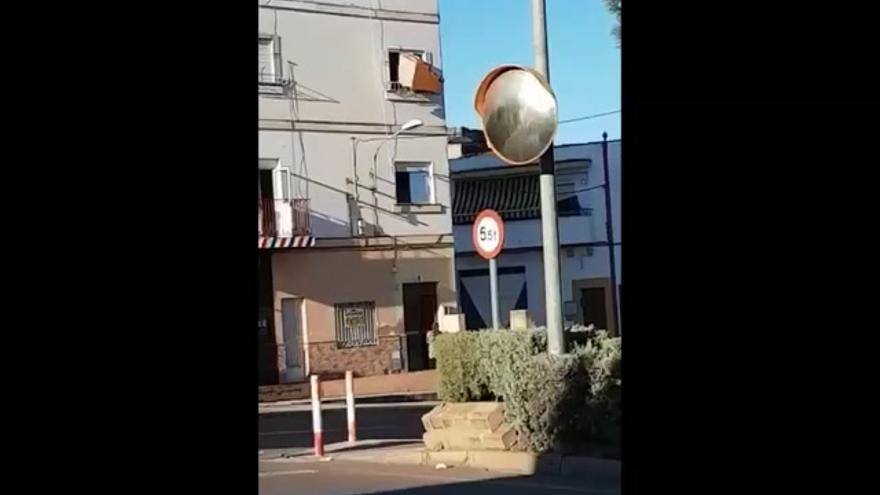 Tiran un sofá por la ventana en Almendralejo