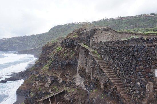 Escalera de acceso a la playa de los Patos.