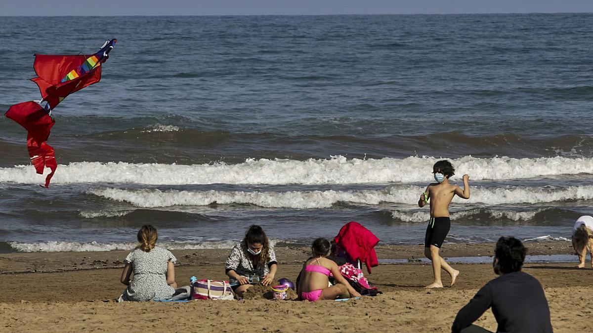 Un grupo de personas, ayer, en la playa de la Malva-rosa. | EDUARDO RIPOLL