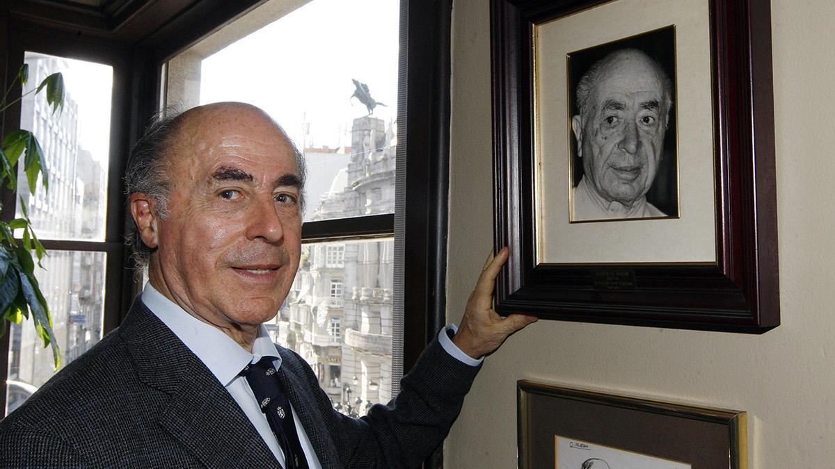 Alfonso Paz-Andrade, junto a una fotografía de su padre Valentín colgada en su despacho profesional.