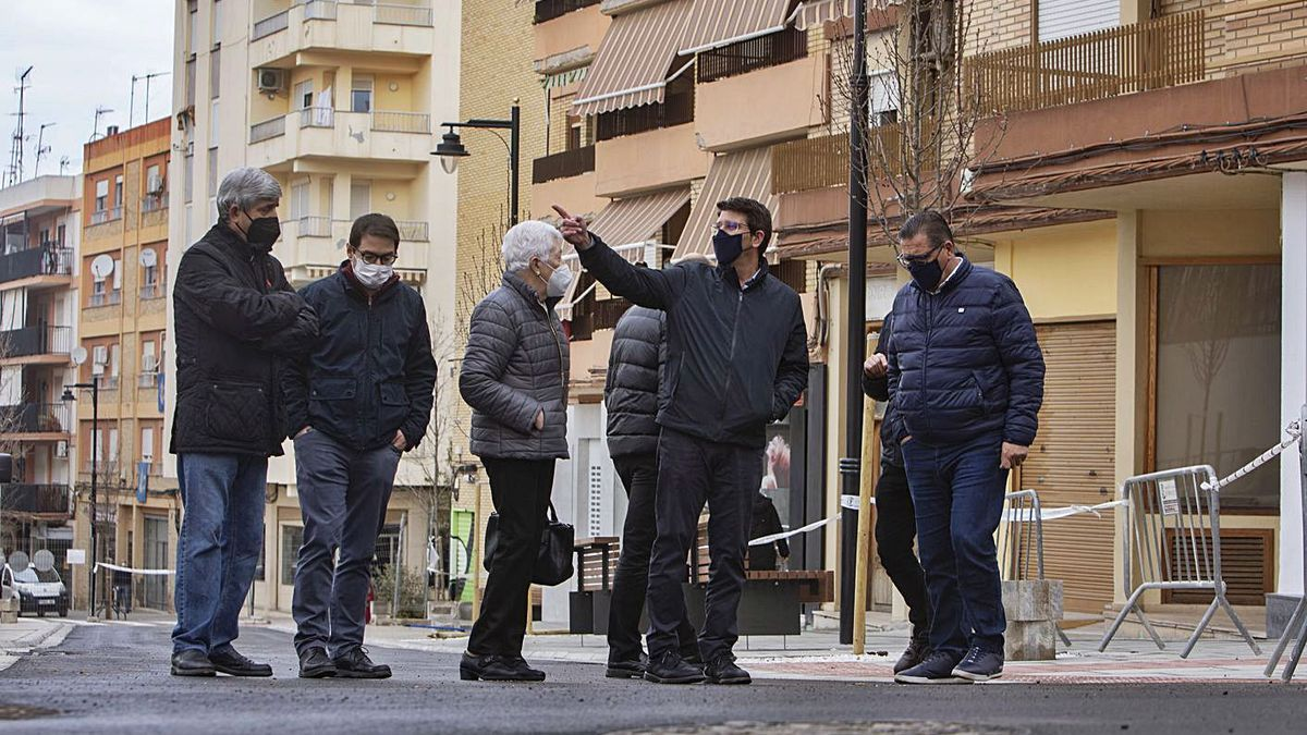 Rodríguez, ediles y representantes de la asociación de Sant Josep, ayer en la visita a las obras. | PERALES IBORRA