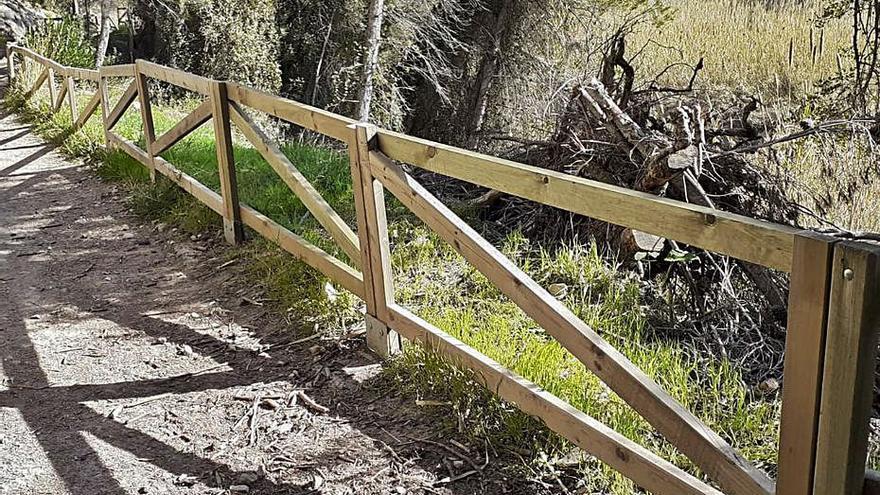 Reparan las barreras de madera del acceso a la Cova Negra