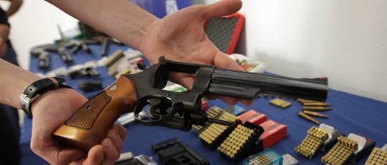 Los traficantes vendían y alquilaban las armas ilegales a grupos de delincuentes