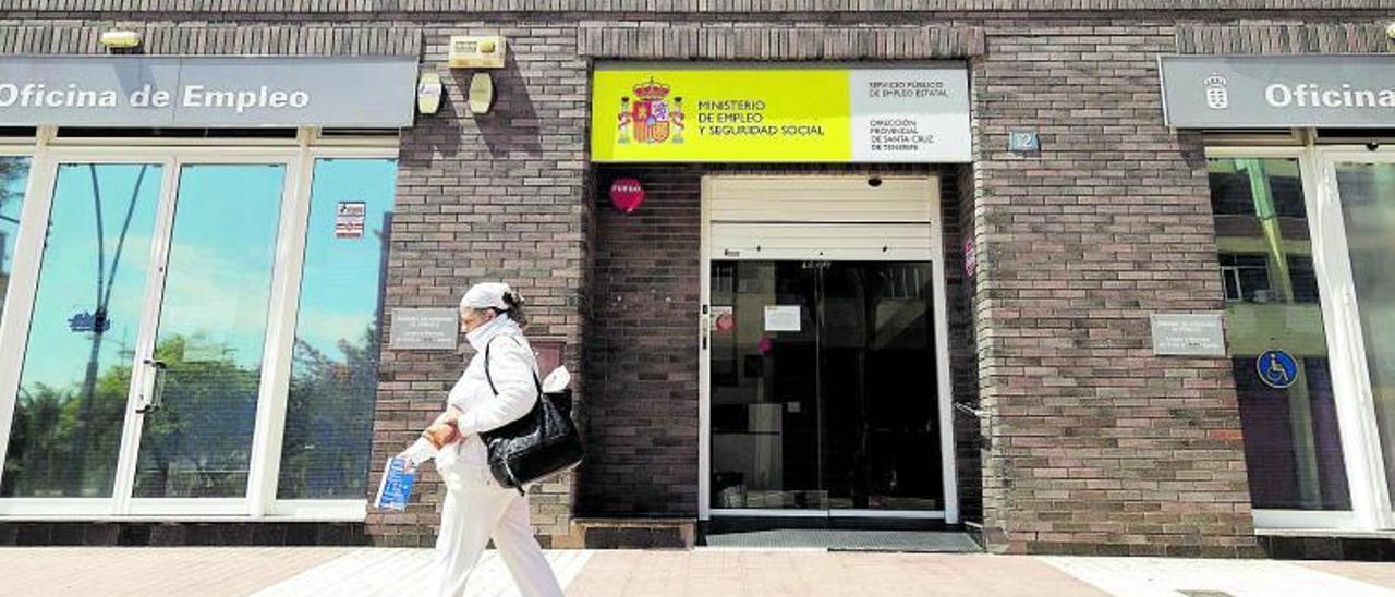 Una mujer pasa frente a la entrada de la oficina pública de empleo de Tomé Cano, en Santa Cruz de Tenerife. | | EFE