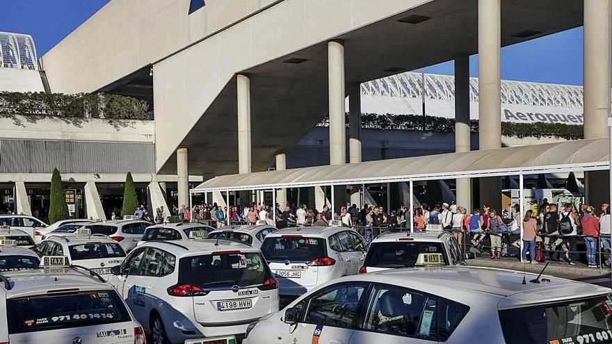 El taxi exige un control permanente contra los piratas en el aeropuerto de Palma
