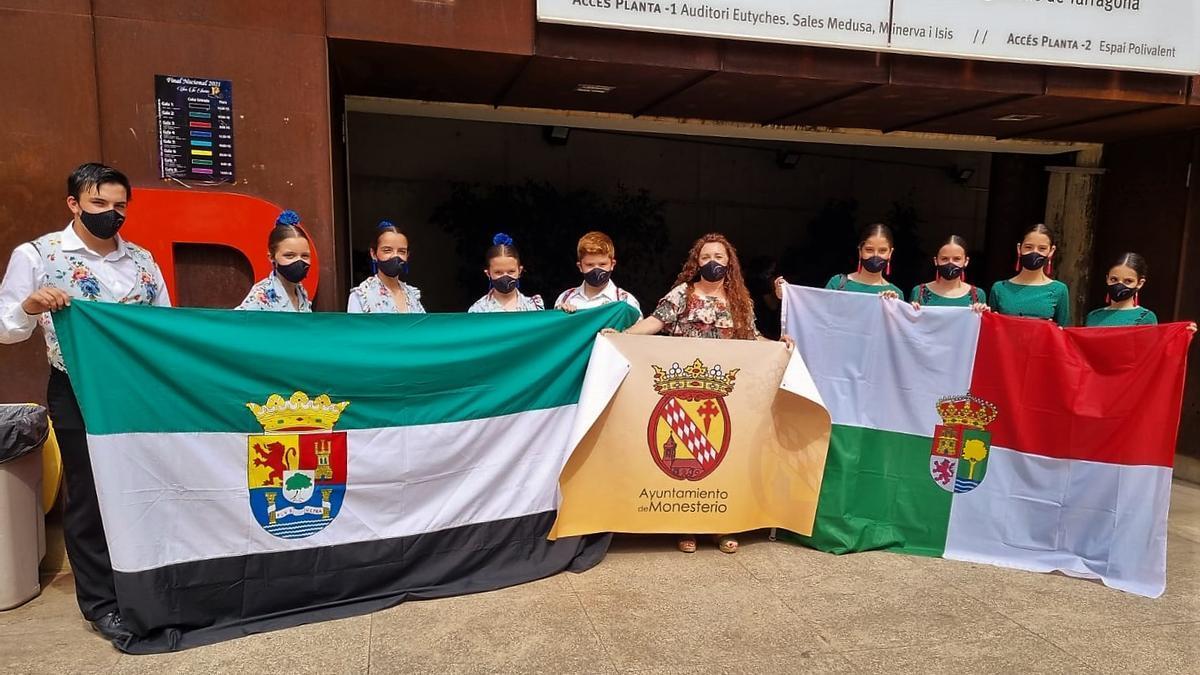 Salva Calderón con los grupos de Monesterio y Bienvenida