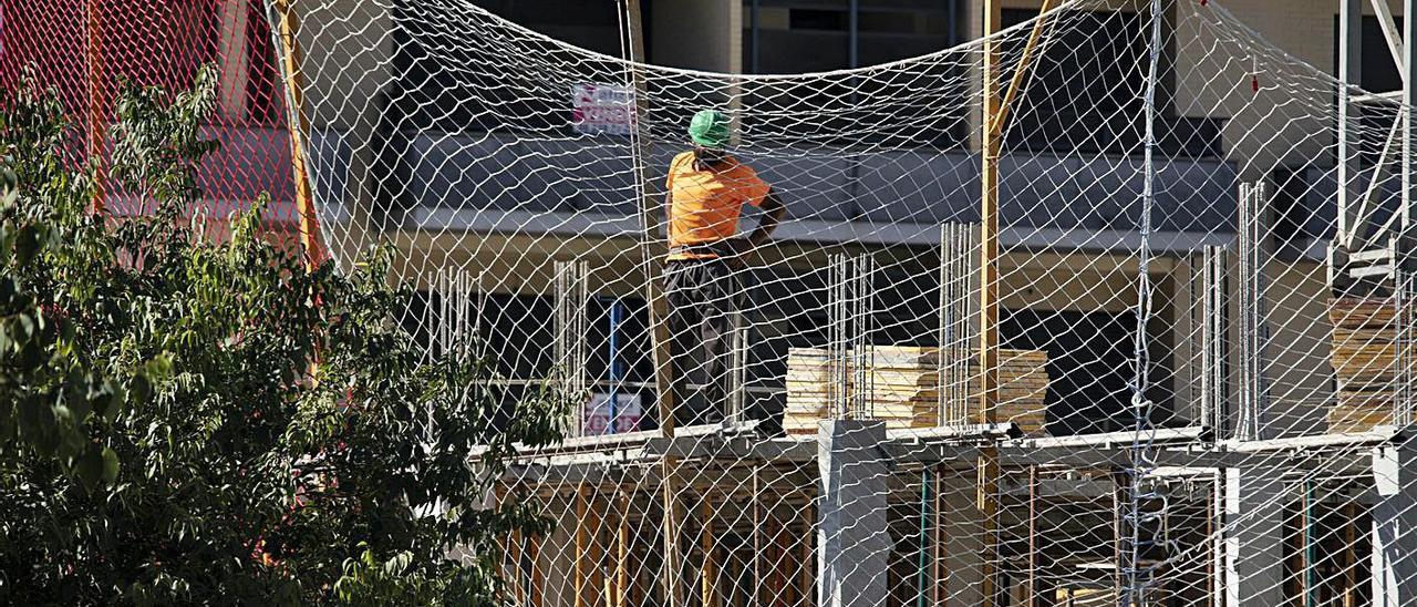 Obreros trabajan en una vivienda en construcción, en una imagen tomada ayer | PERALES IBORRA
