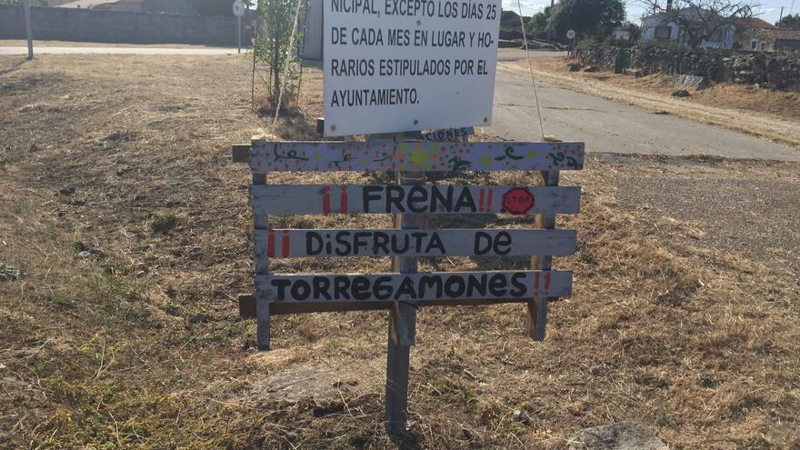Señales artesanales en Torregamones contra la velocidad