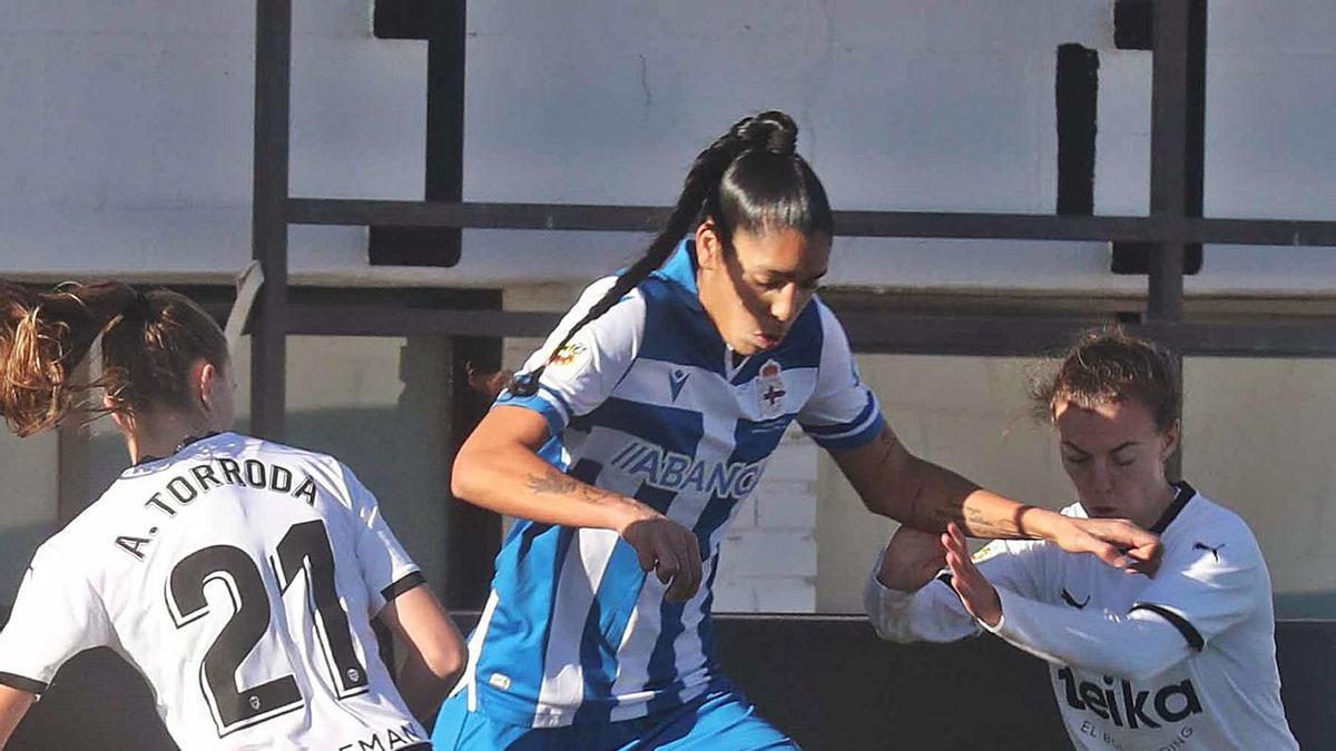 Gaby, con el balón entre dos jugadoras del Valencia.    // J. M. LÓPEZ