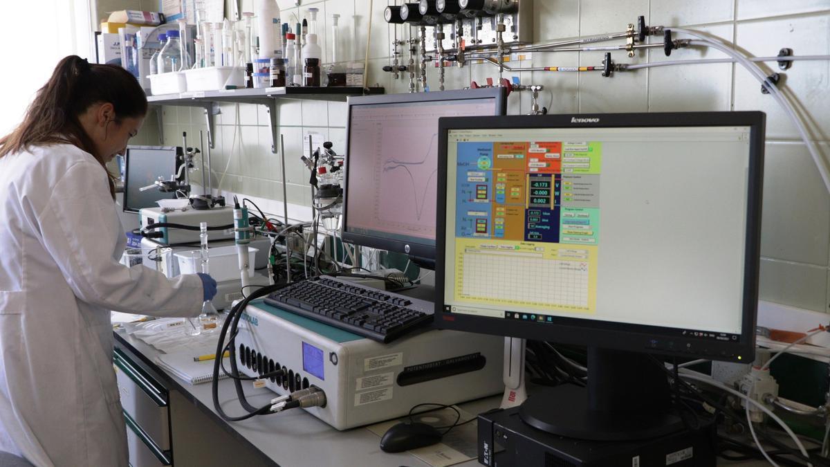 Una investigadora del CSIC en su laboratorio.