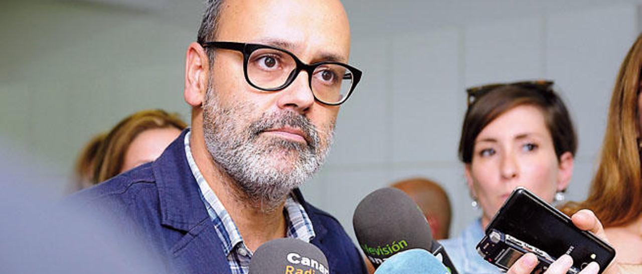 Juan Manuel Brito atiende a los periodistas en una comparecencia como candidato de Podemos.