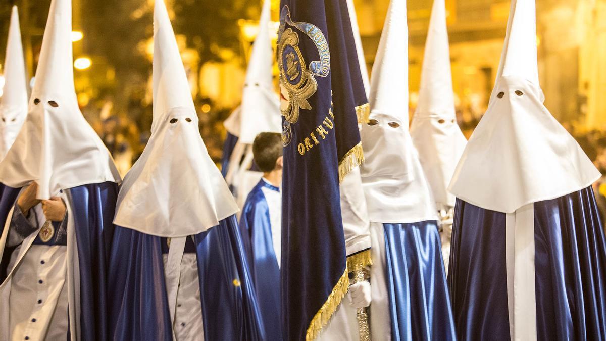 Cofrades de El Lavatorio de Orihuela en una procesión de la Semana Santa