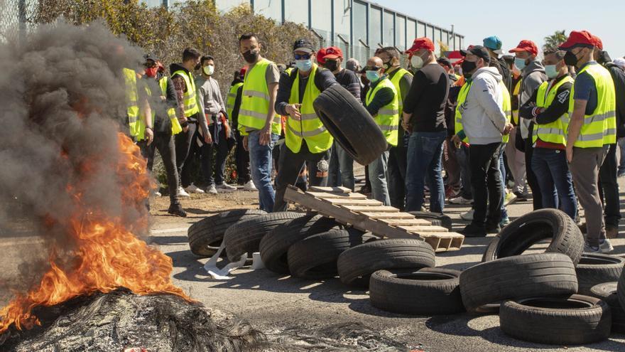 La huelga de Pilkington arranca con seguimiento masivo y quema de neumáticos