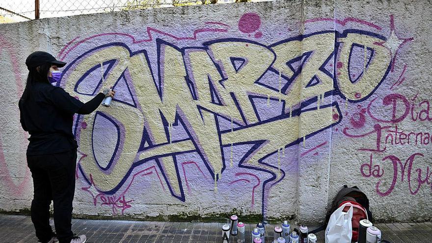 Así luce el graffiti feminista de Pontevedra