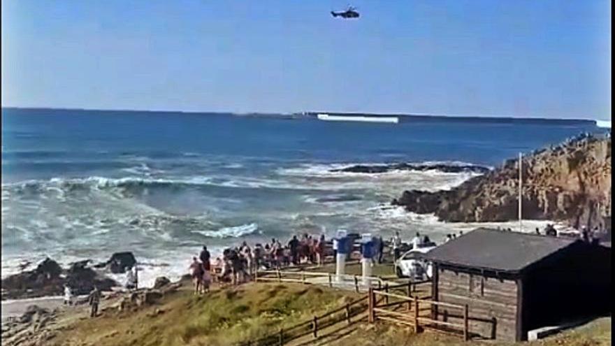 Fallece un hombre en el mar con fuerte oleaje en la playa de Repibelo