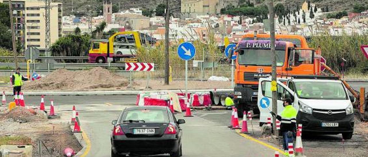 El cruce del Camí Vell de Terol, con Sagunt al fondo, en plena construcción de la rotonda. | LEVANTE-EMV