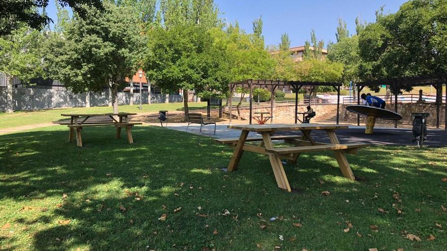 El Ayuntamiento instala mesas de picnic en zonas ajardinadas de Zamora