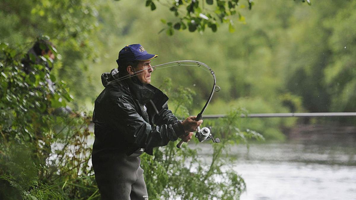 Un pescador, en el momento de realizar un lance en el segundo día del concurso.     // BERNABÉ/JAVIER LALÍN