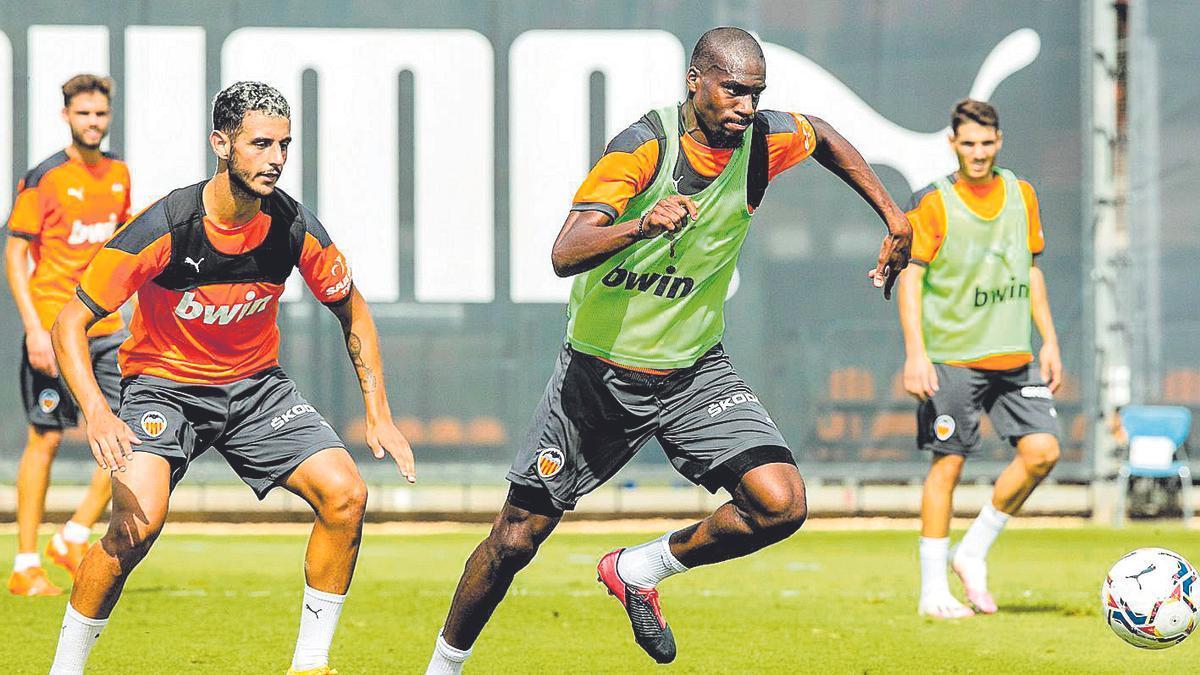 Kondogbia conduce la pelota durante el entrenamiento de ayer.