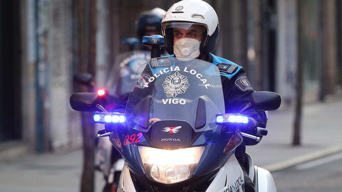 Un policía local de Vigo patrulla la ciudad