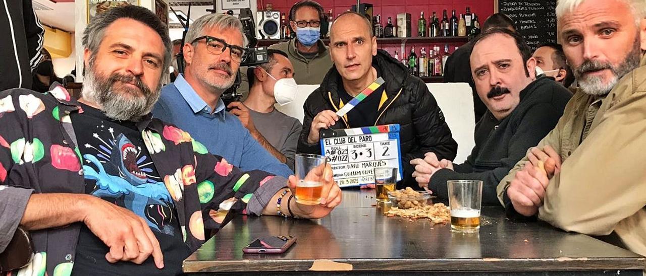 El director David Marqués flanqueado por los protagonistas de 'El Club del Paro'.    DAVID MARQUÉS
