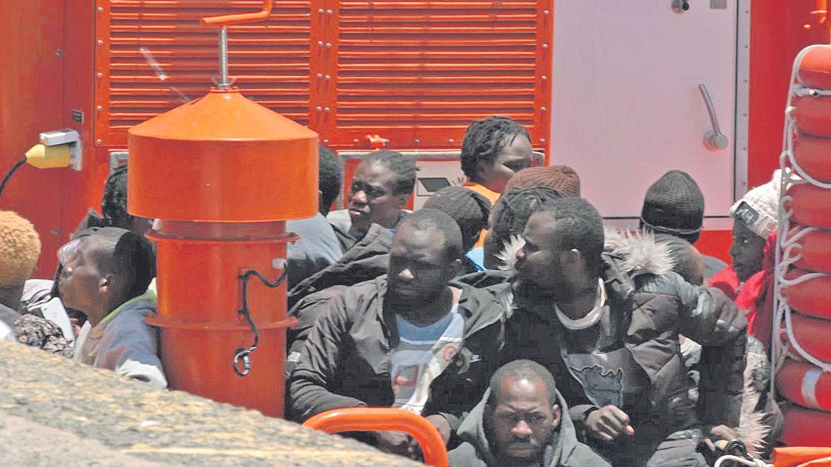 Migrantes de una de las últimas embarcaciones llegadas a las costas canarias, tras ser recuperados por Salvamento Marítimo.