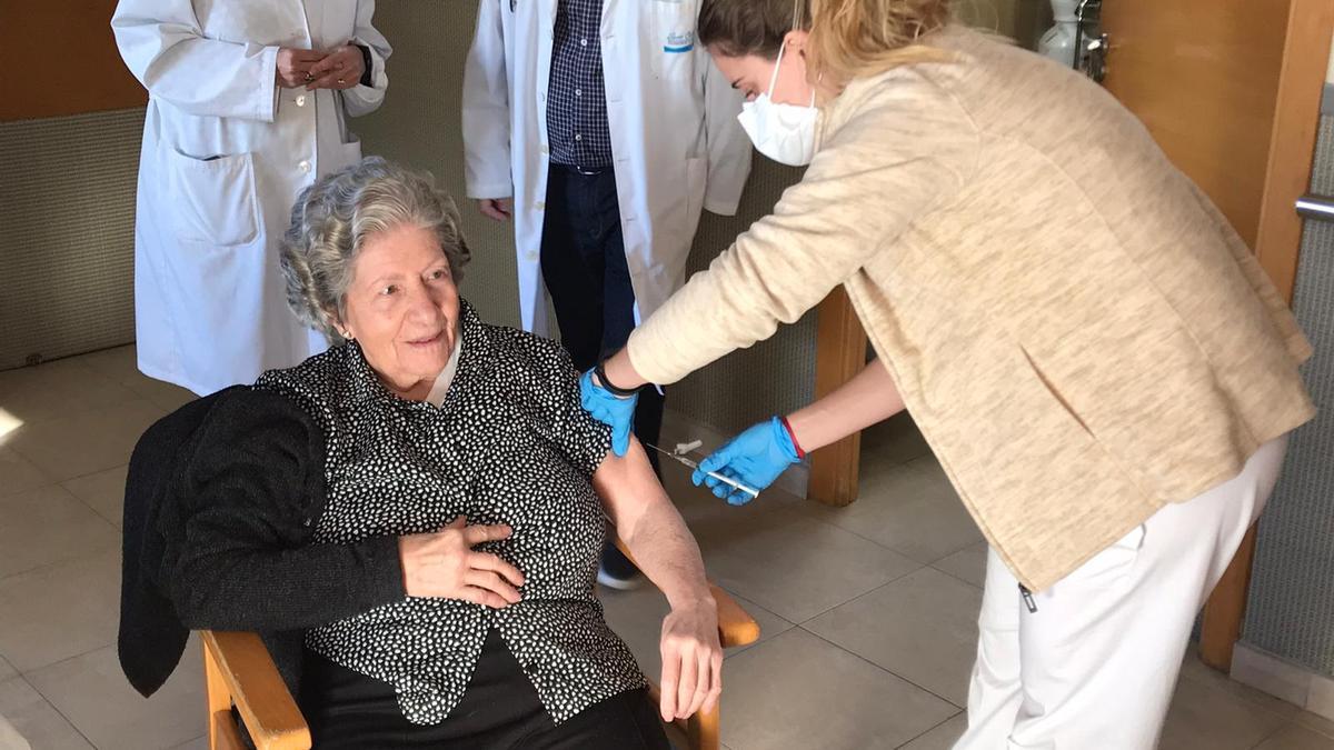 Victoria Moncho, de 97 años, la primera vacunada de la residencia San Carles