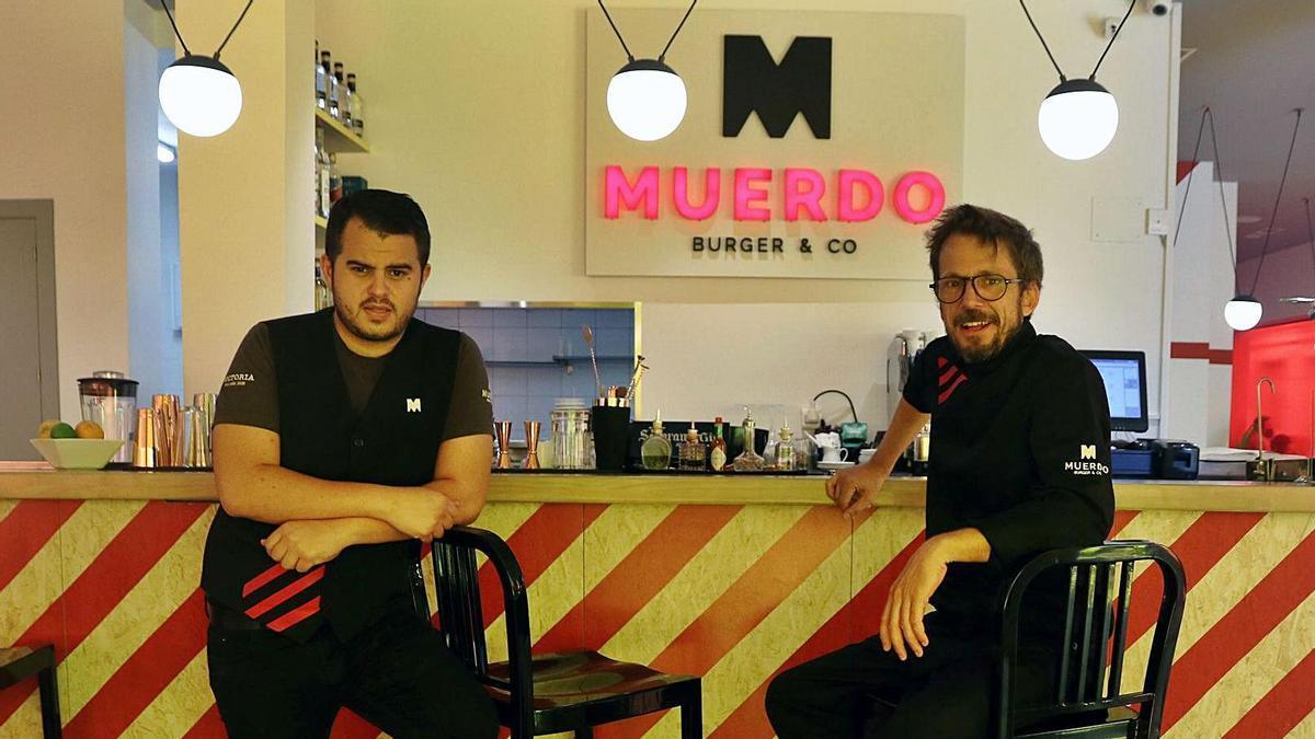 Sergio del Río en su nuevo concepto Muerdo Burger & Co, con Yassin Guichard, encargado.