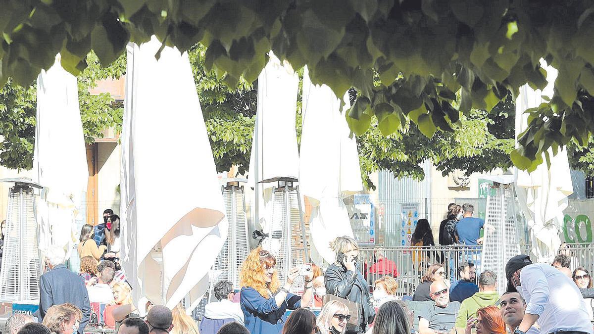Varias personas toman algo en unas terrazas de Zaragoza, el pasado sábado