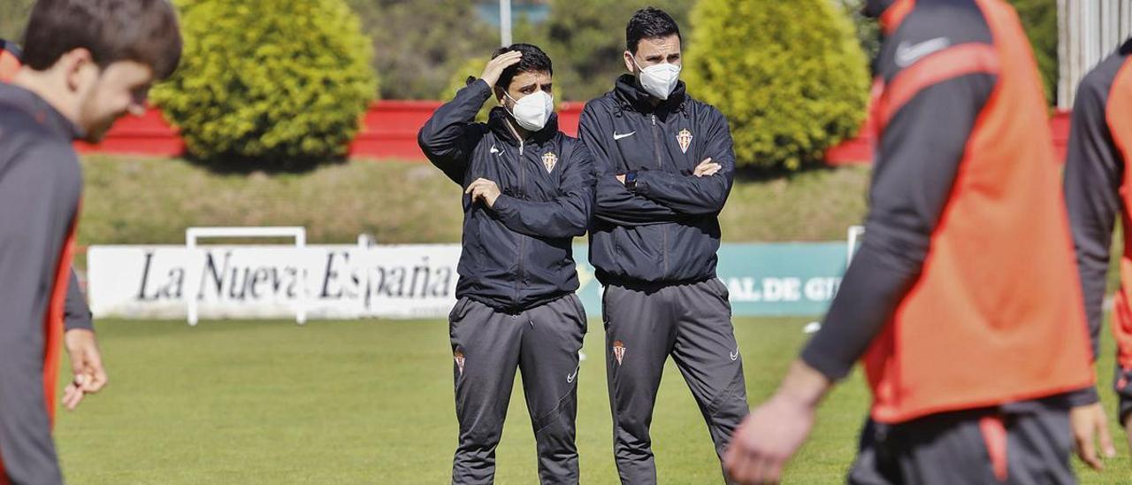 David Gallego y Toni Clavero, durante el entrenamiento de ayer del Sporting en Mareo. | Marcos León
