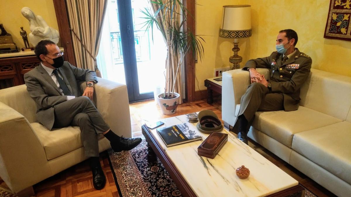 Vicente González, subdelegado de Defensa en Zamora (derecha), con Ángel Blanco, subdelegado del Gobierno