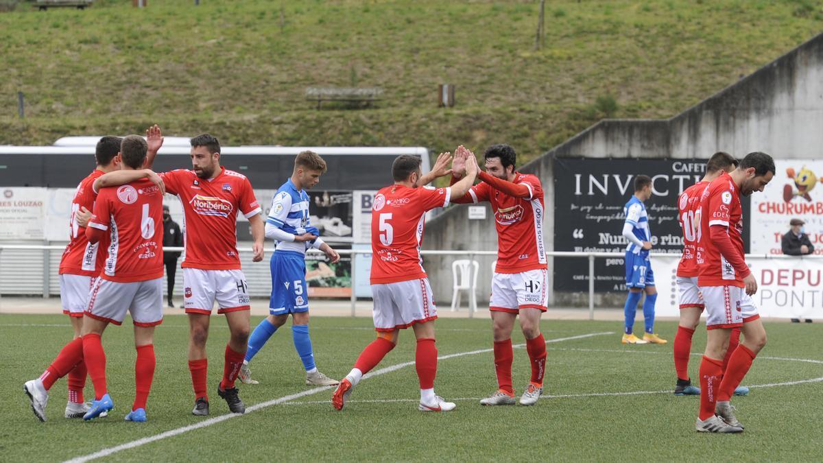 Jugadores del Estradense celebran uno de sus cinco goles.