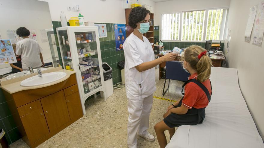 Enfermeras que guían la vuelta al curso del covid