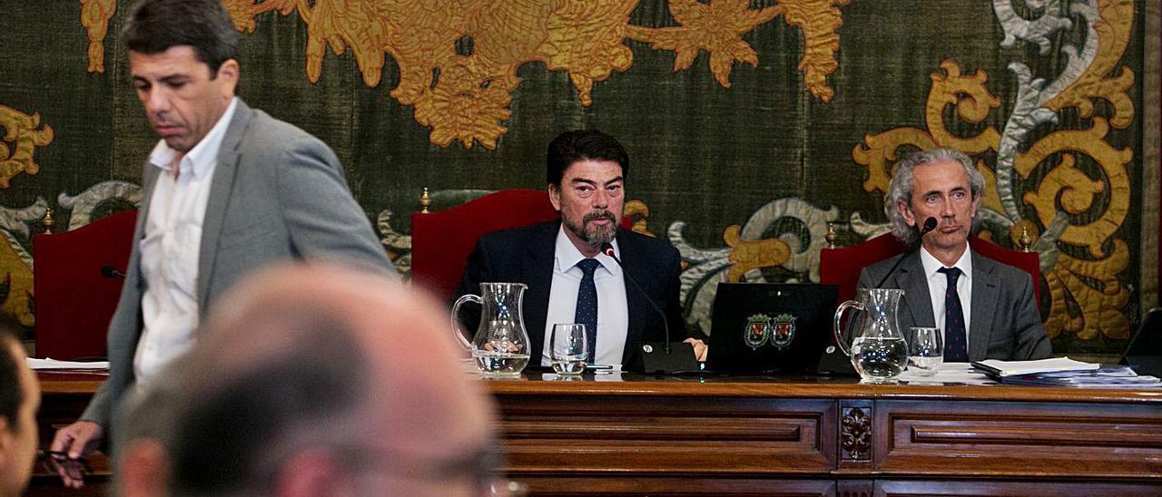 El alcalde Barcala y el presidente Mazón, durante un pleno en Alicante previo a la pandemia.