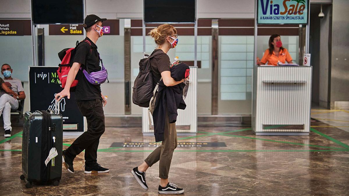 Varios turistas en el Aeropuerto Tenerife Sur.