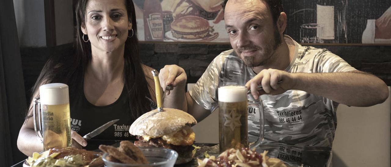 Marinela Vargas y Josué García, con los platos del reto.