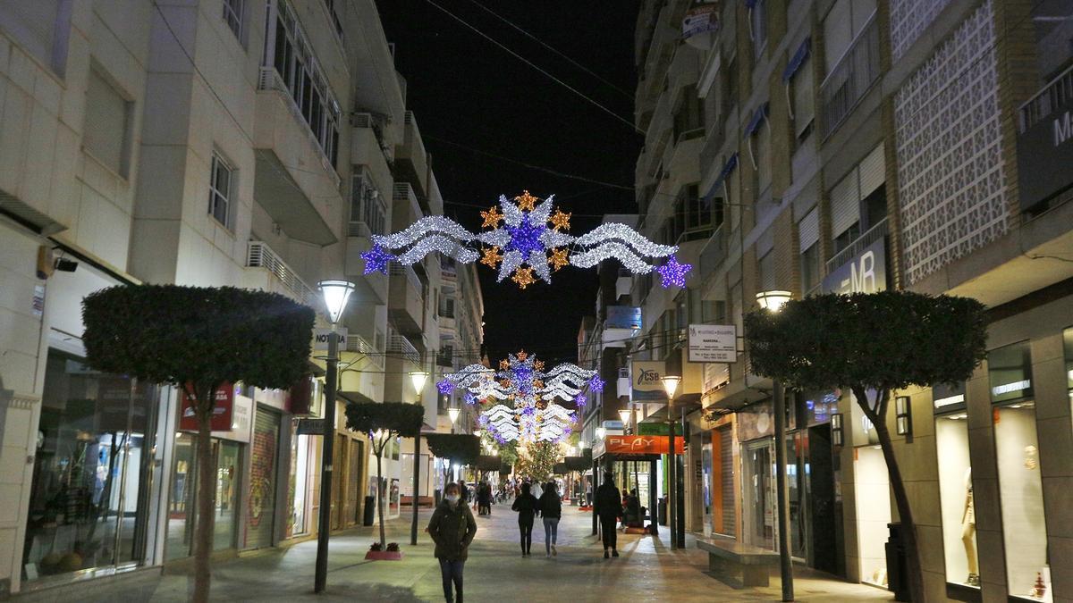 Arcos de iluminación ya instalados en el centro de Torrevieja para estas navidades de 2020. Calle Concepción