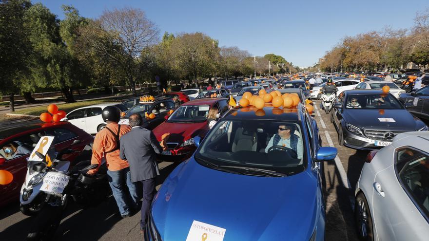 Caravana de vehículos en protesta por el Ley Celaá en València