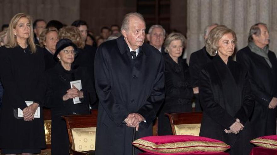 Los Reyes acuden junto al resto de la familia al funeral por la infanta Pilar de Borbón