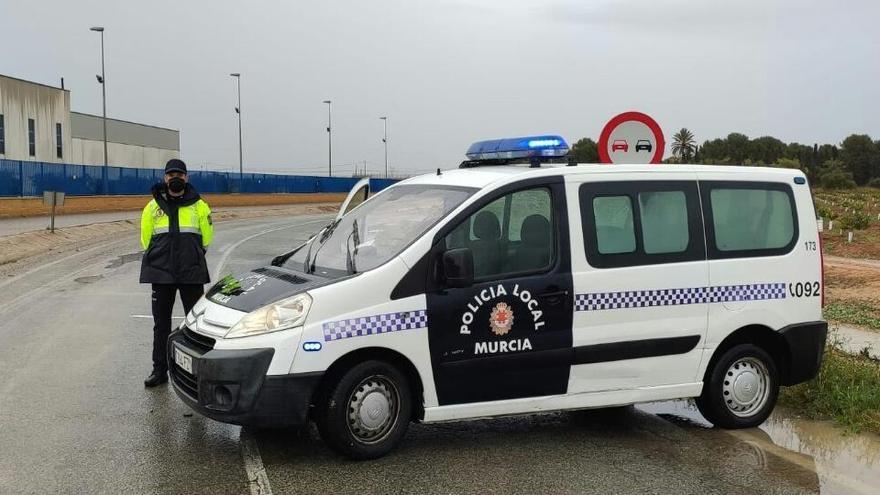 Doce carreteras cortadas al tráfico en Murcia por las fuertes lluvias