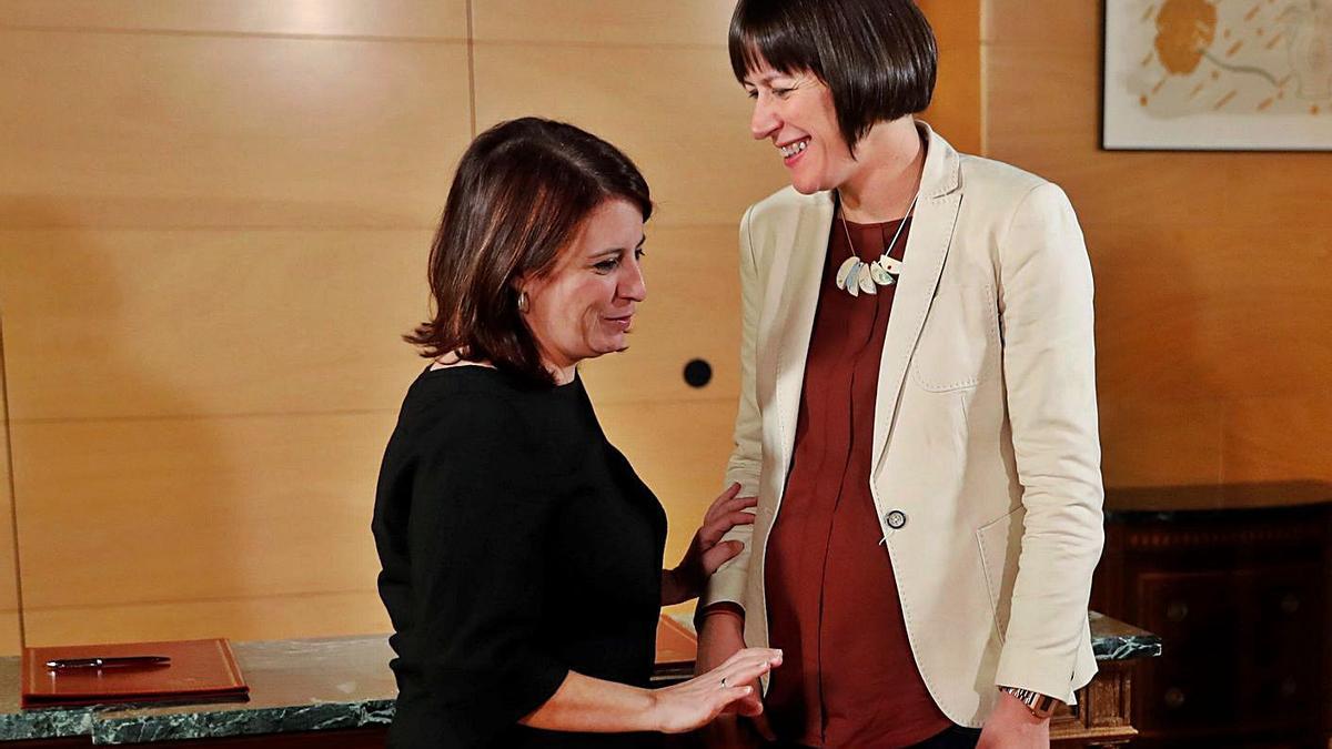 Ana Pontón, a la derecha, y Adriana Lastra en enero tras firmar el acuerdo de investidura.     // C. MOYA/EFE