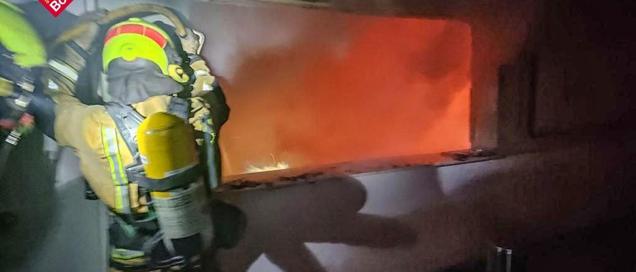 Un momento de la extinción de las llamas en el Club de Campo.