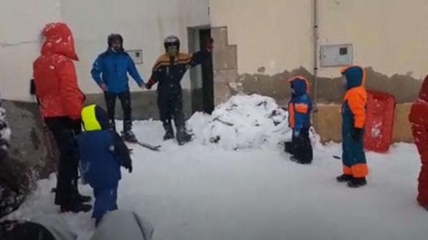 Esquí, y alguna que otra caída, en las calles de un pueblo de Castelló