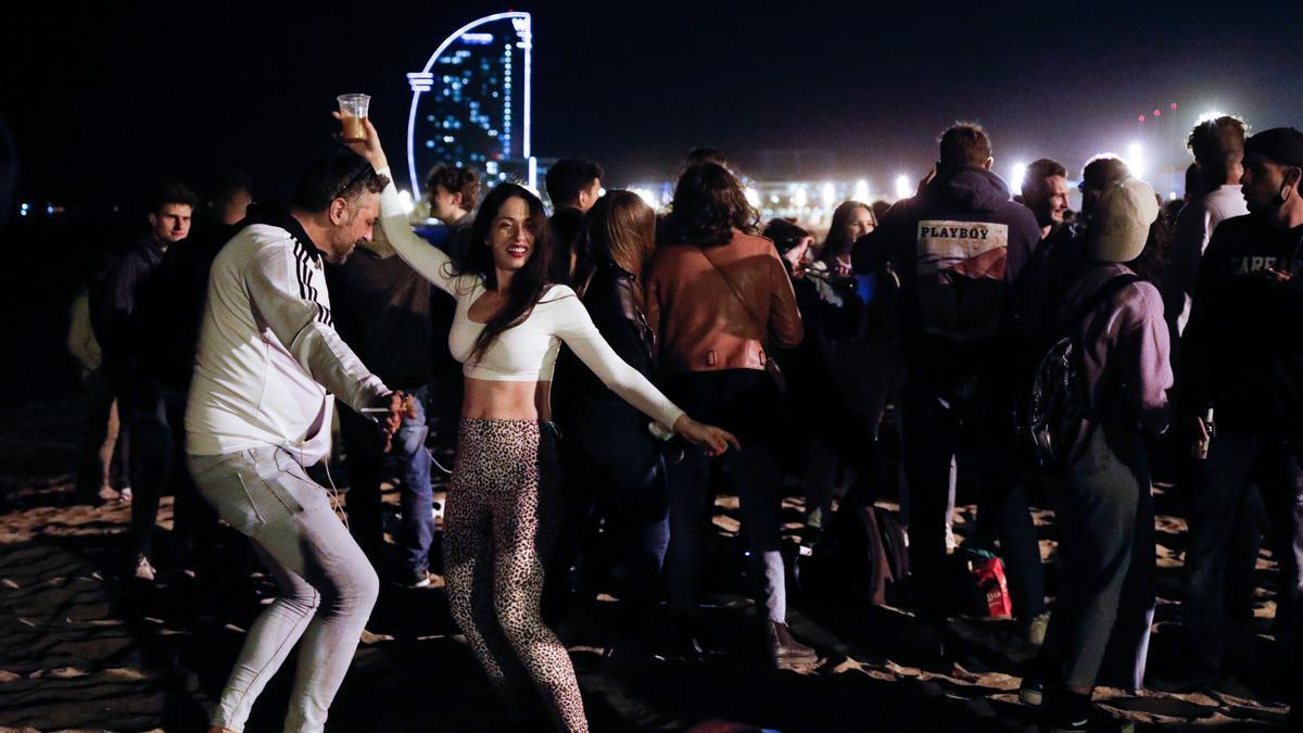 Una fiesta en la playa de Barcelona el fin de semana pasado.