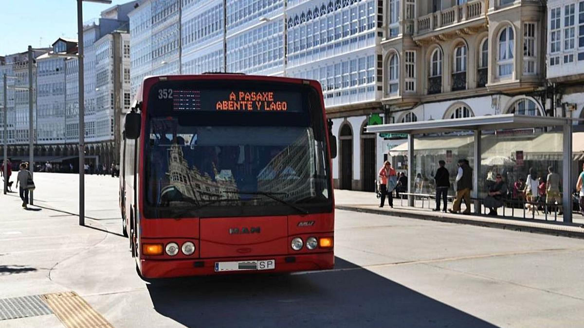 Un autobús de la línea 1-A circula por A Coruña. |   // VÍCTOR ECHAVE